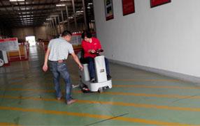 无锡希姆斯电梯采用优尼斯驾驶式洗地机