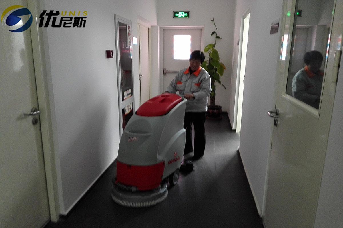 又一保洁公司购买优尼斯进口手推式洗地机