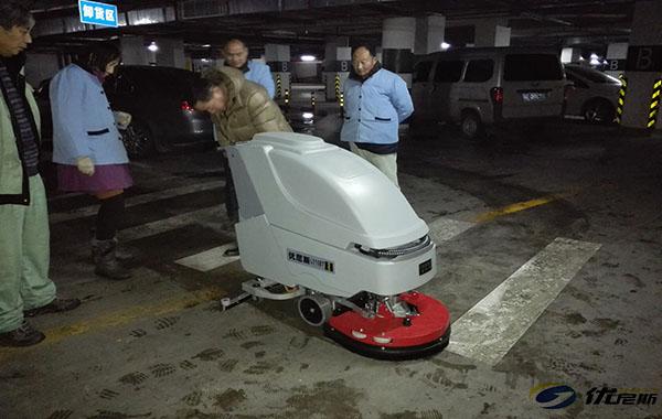 【再添一单】优尼斯手推式洗地机走入苏州凤凰城地下停车场