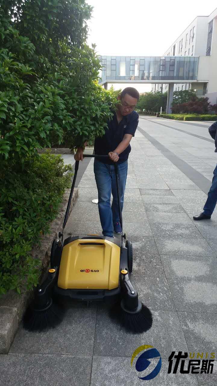 龙腾特钢追加3台优尼斯无动力扫地车