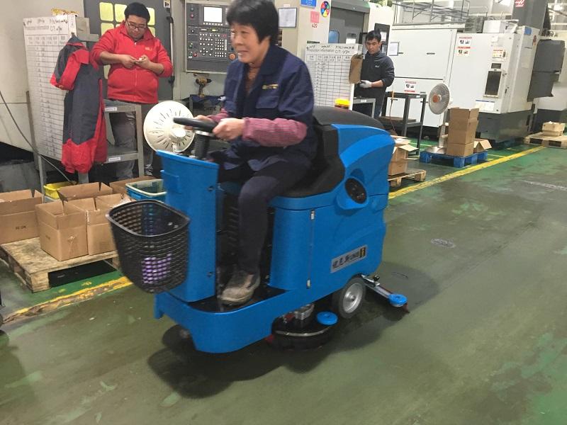 机加工工厂选用优尼斯洗地机小宝马