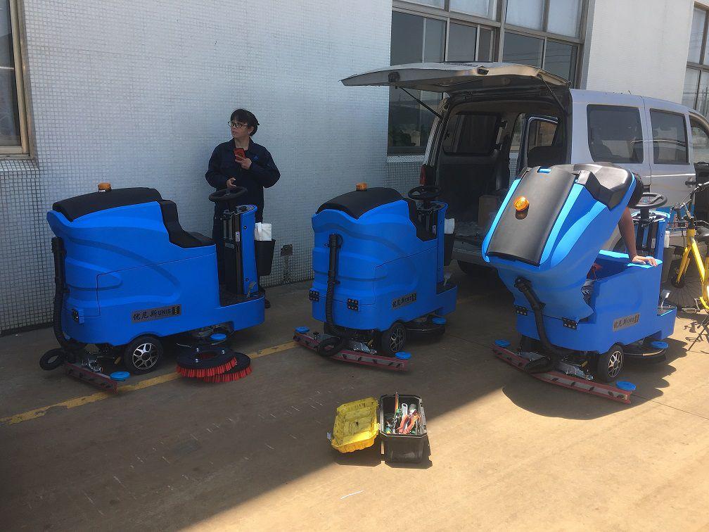 老客户回购3台优尼斯驾驶式双刷洗地机